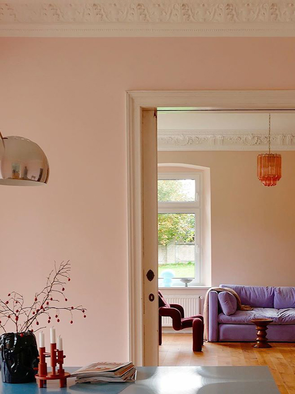 livingroom with pink walls Ekstrem chair in port and lavender couch